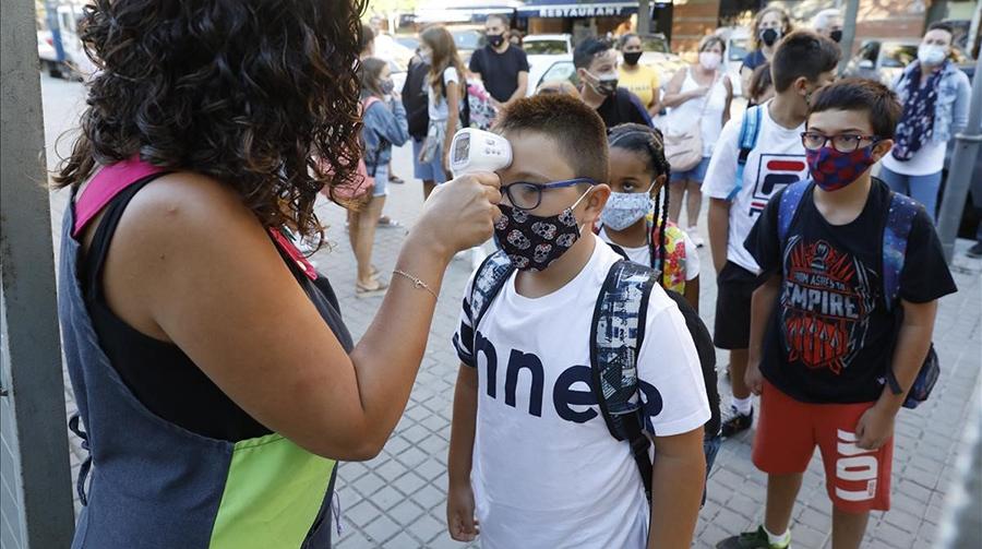 Entrada d'escola a Barcelona, any clau per aplicar l'educació per a la Justícia global. Foto: Ferran Nadeu, El Periódico.